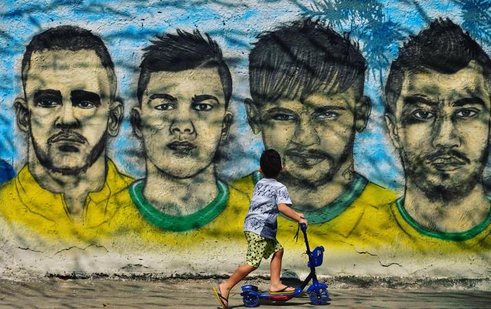 预热世界杯!里约热内卢现巴西队涂鸦