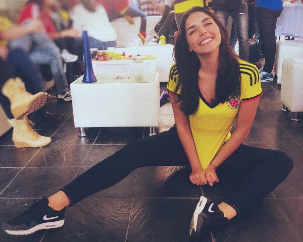 哥伦比亚输球美女球迷心痛求安慰