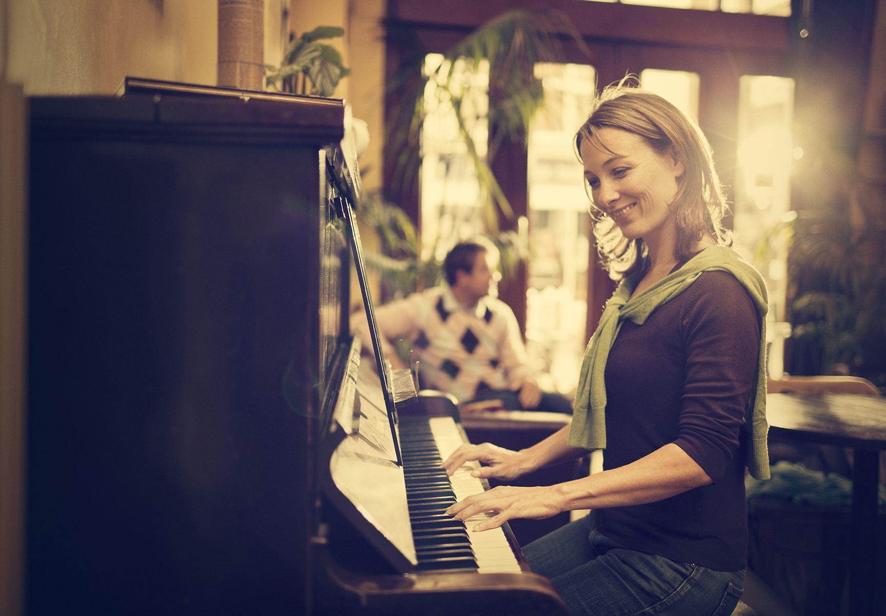 学钢琴不止对小孩子有很大好处,对于成年人来说也是一样的